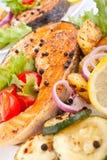 Zalm met groenten en citroen stock foto