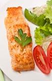 Zalm met groenten wordt versierd die stock foto