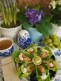 Zalm met salade stock afbeelding