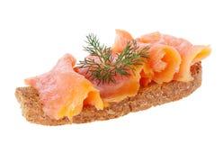 Zalm op brood Stock Afbeelding
