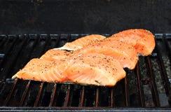 Zalm op de grill stock foto's