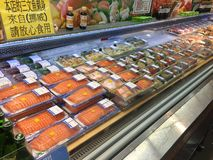 Zalm in supermarkt in Hongkong stock foto's