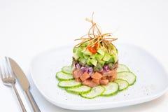 Zalm tartare met avocado, komkommer, kappertjes en uien Royalty-vrije Stock Afbeeldingen