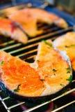 Zalmlapje vlees bij de grill wordt gebraden die royalty-vrije stock afbeelding