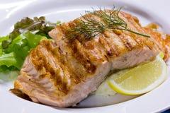 Zalmlapje vlees dat met citroen wordt geroosterd Royalty-vrije Stock Afbeeldingen