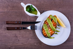 Zalmlapje vlees dat met sauschimichurri wordt geroosterd Royalty-vrije Stock Foto