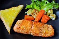 Zalmlapje vlees en groenten Stock Foto's