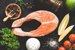 Zalmlapje vlees, kruiden en groenten voor het koken stock afbeeldingen