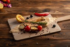 Zalmlapje vlees met kruiden en kruiden op houten achtergrond stock foto's