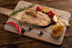 Zalmlapje vlees met kruiden en kruiden op houten achtergrond stock afbeeldingen