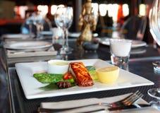 Zalmlapje vlees op restaurantlijst royalty-vrije stock foto's