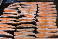 Zalmlapjes vlees op het vlammen Stock Afbeeldingen
