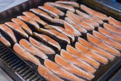 Zalmlapjes vlees op het vlammen Royalty-vrije Stock Afbeelding