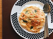 Zalmomelet met rijst in een grote schotel stock foto's