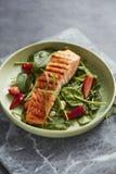 Zalmsalade met aardbeien en spinazie royalty-vrije stock afbeelding