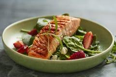 Zalmsalade met aardbeien en spinazie stock foto