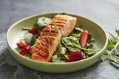 Zalmsalade met spinazie en aardbeien royalty-vrije stock afbeelding