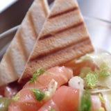 Zalmsalade met venkel, geroosterde brood en kappertjes stock afbeelding