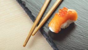 Zalmsushi en eetstokjes royalty-vrije stock fotografie