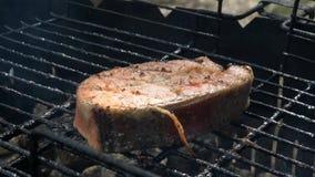 Zalmvissen op een grill Het roosteren van lapjes vlees van zalmforel de rode vissen stock videobeelden