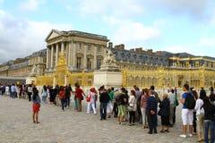 Zaludnia czekanie wchodzić do Pałac Versailles Obraz Stock
