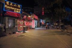 Zaludnia i miastowe ulicy, samochody i sklepy, Zdjęcie Royalty Free