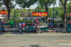Zaludnia i miastowe ulicy, samochody i sklepy, Fotografia Stock