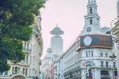 Zaludnia i miastowe ulicy, samochody i sklepy, Obraz Royalty Free