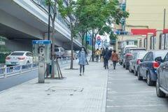Zaludnia i miastowe ulicy, samochody i sklepy, Obrazy Stock