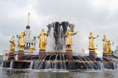 Zaludnia przyjaźni fontannę przy VDNKH parkiem w Moskwa Fotografia Stock