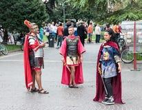 Zaludniam ubiera gdy legioniści stoją blisko areny w Verona Zdjęcia Royalty Free