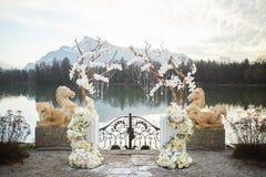 Zalzburg,奥地利- 2015年12月19日:有白色兰花的植物布置的结婚宴会在旅馆SCHLOSS LEOPOLDSKRON里 免版税图库摄影