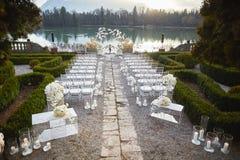 Zalzburg, Österreich - 19. Dezember 2015: Hochzeitsempfang mit Blumengesteck von weißen Orchideen im HOTEL SCHLOSS LEOPOLDSKRON Stockfotografie