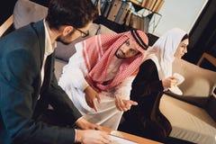 Zamężna Arabska para przy psychologa przyjęciem zdjęcie royalty free