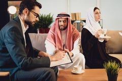 Zamężna Arabska para przy psychologa przyjęciem fotografia royalty free