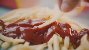 Zamaczający kawałek francuzów dłoniaki lub smażyć grule w pomidorowego ketchup w górę zwolnione tempo strzału, zdjęcie wideo