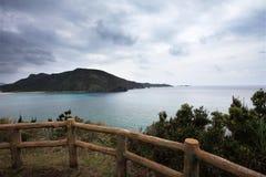 Zamami海岛在多云天空下 免版税库存照片