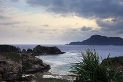 Zamami海岛在多云天空下 免版税库存图片