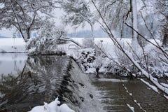Zamarznięta kaskada w Francuskiej wsi podczas bożych narodzeń Przyprawia, zima/ fotografia stock