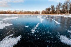 Zamarznięty jezioro z jasnym lodem zdjęcia stock
