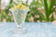 Zamarznięci jagoda agresty w pucharze szkło na rocznika stole Zdjęcie Royalty Free