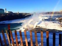 Zamarznięci Niagara spadki i tęcza obraz stock