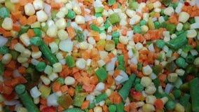 Zamarznięci warzywa w sklepie Marchewka, zielony groch, kukurudza, cebulkowa mieszanka Zdrowy naturalny jedzenie zdjęcie wideo