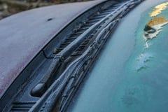 Zamarznięci windscreen i przedniej szyby wipers kompletnie zakrywający z lodem, ostrożność, biedny widok powodują niebezpiecznego obrazy royalty free