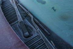Zamarznięci windscreen i przedniej szyby wipers kompletnie zakrywający z lodem, ostrożność, biedny widok powodują niebezpiecznego zdjęcia stock