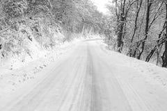 Zamarznięta śnieżna droga z lodem naprzód zdjęcie royalty free