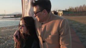 Zamarznięta ale szczęśliwa para w miłość spacerach wzdłuż nabrzeża zwolnionego tempa zapasu materiału filmowego wideo zbiory