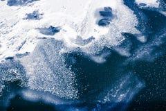 Zamarznięta błękitne wody i fala zakrywający z abstraktów wi lodowymi i śnieżnymi Zdjęcie Royalty Free
