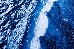 Zamarznięta błękitne wody powierzchnia, fala zakrywający z lodem i, śnieżny abstra fotografia stock