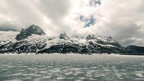 zamarznięta jeziorna góra Słońce promienie przez chmur Timelapse 4K Sceneria krajobraz zbiory wideo